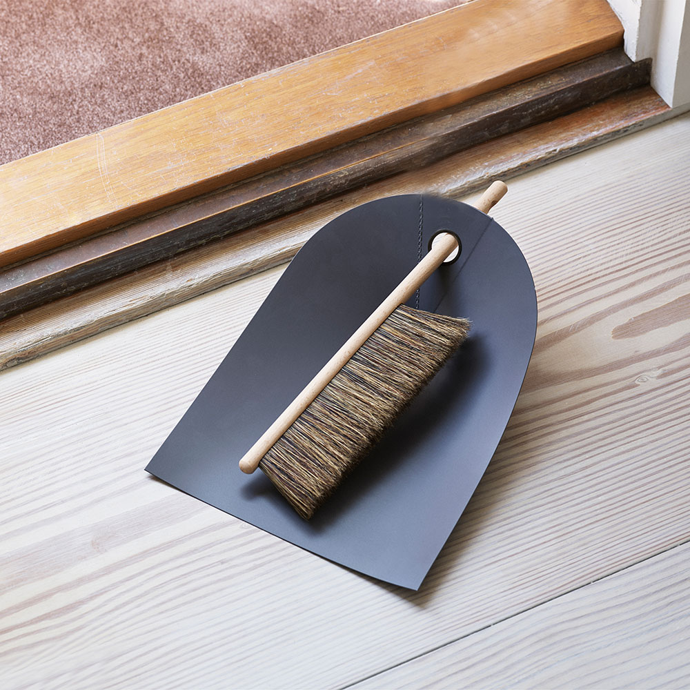 normann copenhagen dustpan broom dark grey 01 1000