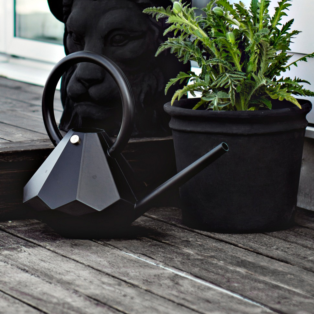 garden glory diamond watering can black lifestyle 01 1000