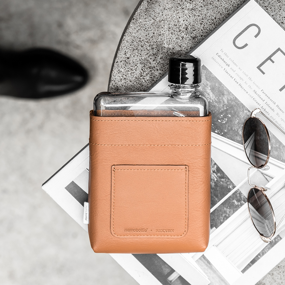 memobottle leather sleeve tan a6 lifestyle 01 1000