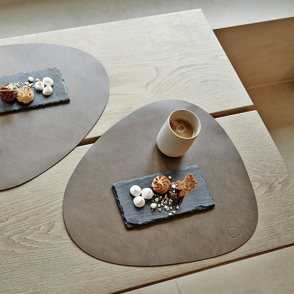 linddna table mat curve large nupo brown lifestyle 02 1000