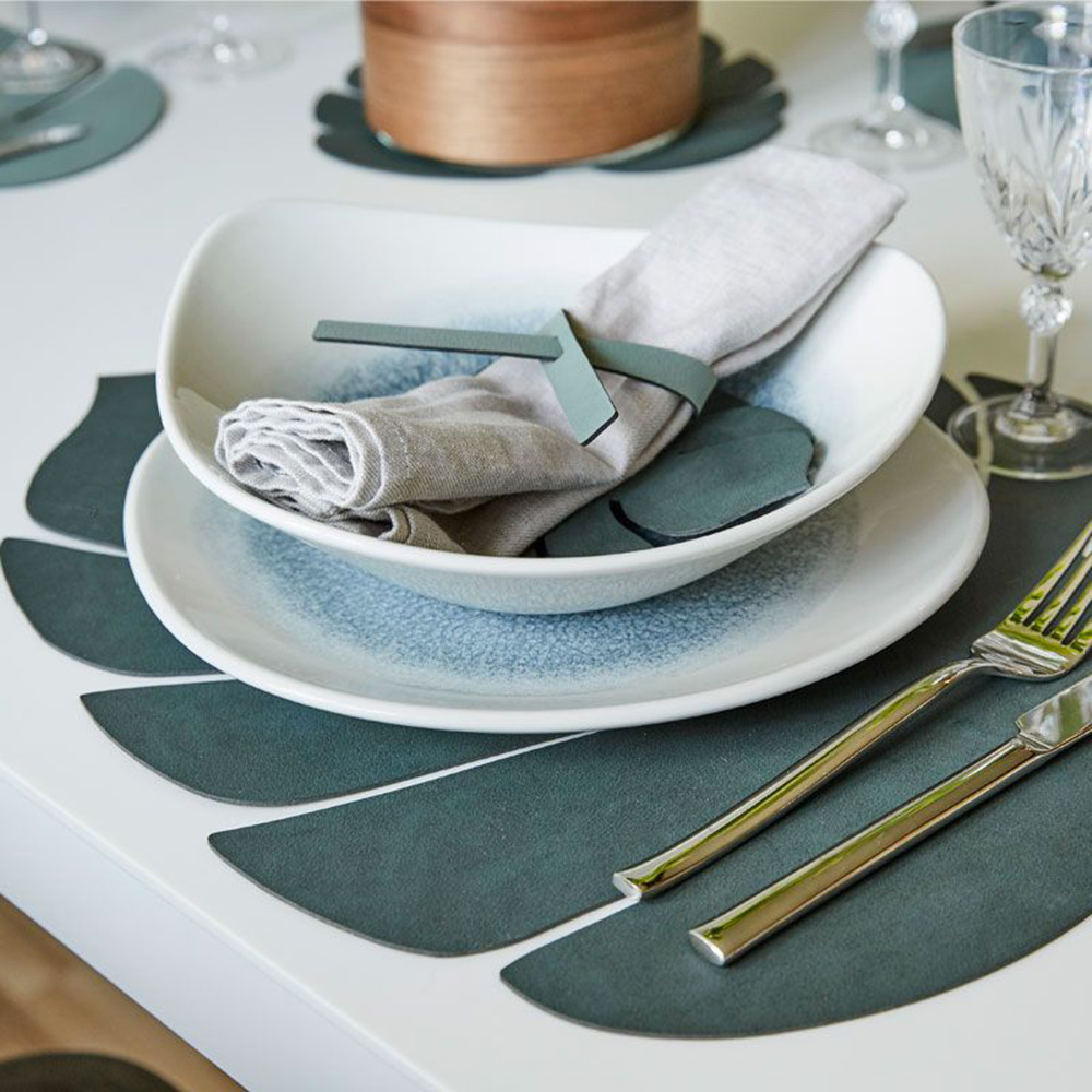 linddna table mat leaf large nupo dark green lifestyle 01 1000