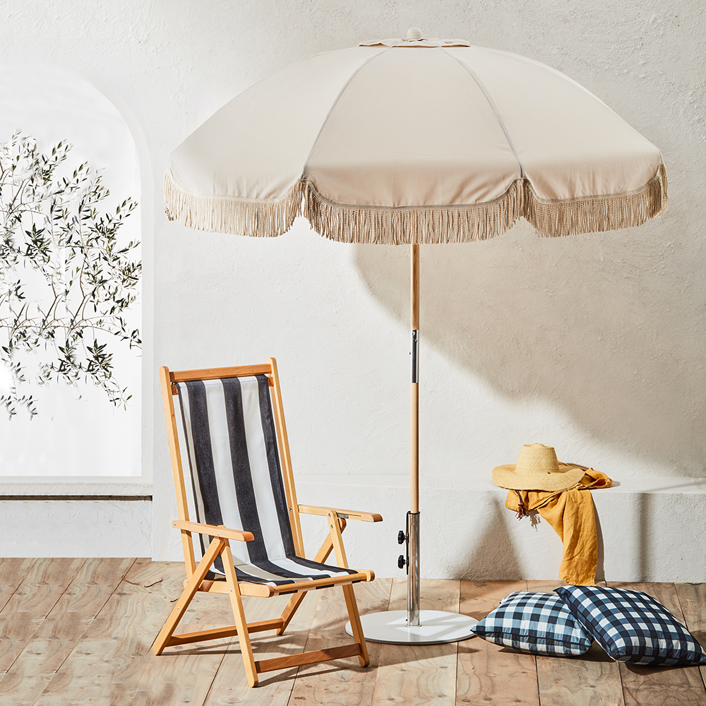 basil bangs umbrella jardin raw gingham cushion chair chaplin lifestyle 02 1000