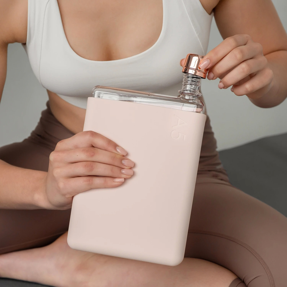 memobottle silicone sleeve a5 pale coral lifestyle 02 1000