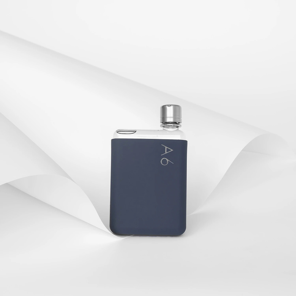 memobottle silicone sleeve a6 midnight blue lifestyle 02 1000